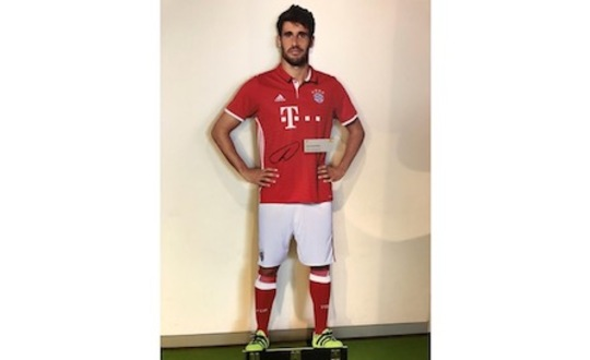 Original signed Javi Martinez life-size-cut-out figure from the FC Bayern Erlebniswelt