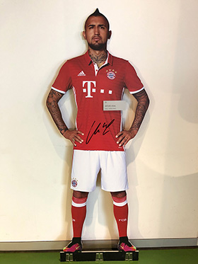 Original signed Arturo Vidal life-size-cut-out figure from the FC Bayern Erlebniswelt