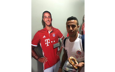 Thiago Alcantara signs his life-size-cut-out figure from the FC Bayern Erlebniswelt image-promo