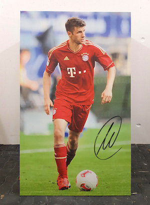 Player portrait original signed by Thomas Müller FC Bayern Munich