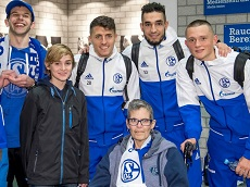 Player FC Schalke 04 at a meeting with members of Schalke hilft!