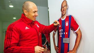 Arjen Robben signs life-size-player-figure from the FC Bayern Erlebniswelt