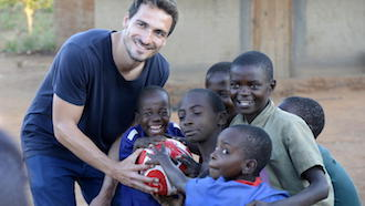 Mats Hummels plays with African children of the aid organization UNICEF