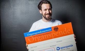 Ambassador of the aid organization Junge Helden Jan Koeppen with organ donor card