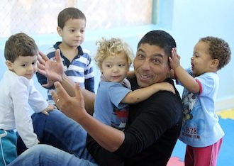 Giovane Elber plays with children